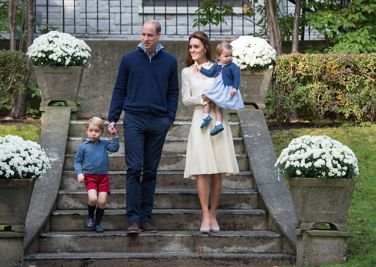 The Royal Family's 2017 Christmas Card Wins the Holidays