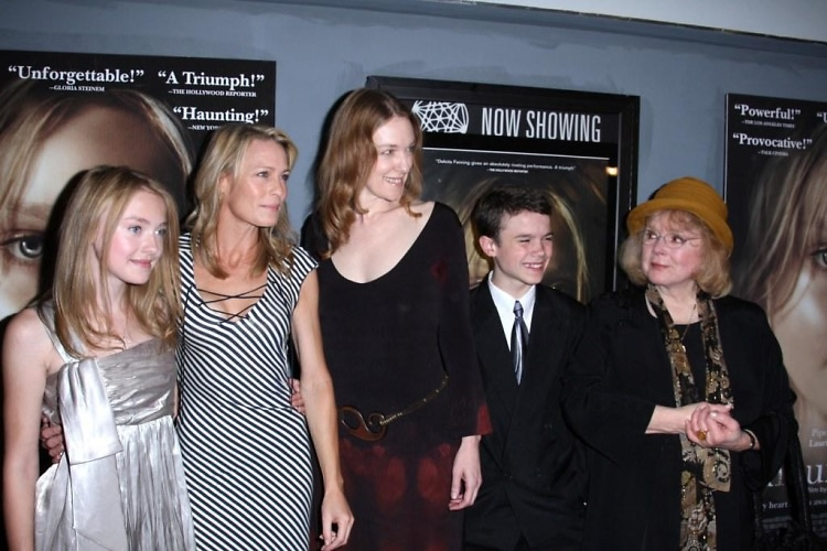Dakota Fanning, Robin Wright Penn, Deborah Kampmeir, Cody Handord, Piper Laurie