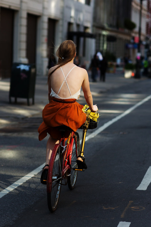Backless shirt street style