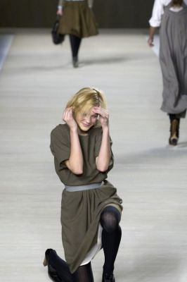 jessica stam in 20 Unforgettable Runway Falls Through The Years