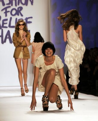 agyness deyn in 20 Unforgettable Runway Falls Through The Years