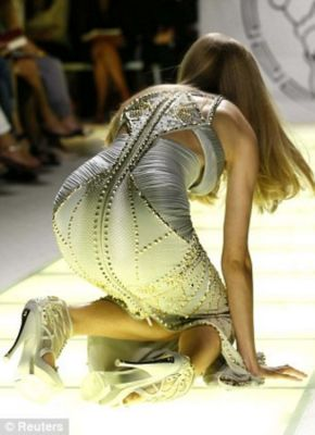 lindsey wixson in 20 Unforgettable Runway Falls Through The Years