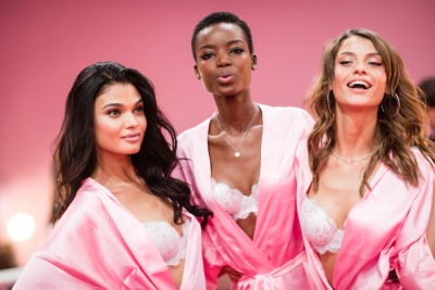 Your Backstage Look At The 2016 Victoria's Secret Fashion Show In Paris