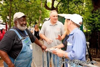 ed mitchell-with-reporters in Snapple Big Apple Barbecue Block Party