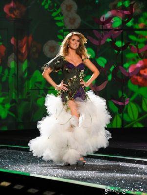 heidi klum in Victorias Secret Fashion Show