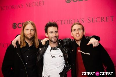 adam levine in 2010 Victoria's Secret Fashion Show Pink Carpet Arrivals