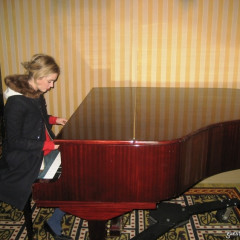 Daily Style Phile: Abigail Lorick Tickles The Ivories At The Historic Algonquin Hotel