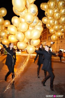 "MARTINI ""LET'S GO"" SPLASHING THE NYC SKY WITH GOLD BALLOONS"