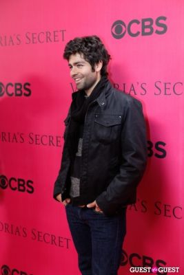 adrian grenier in 2010 Victoria's Secret Fashion Show Pink Carpet Arrivals