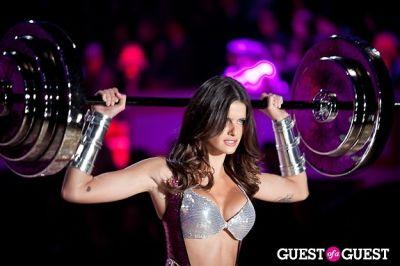 isabeli fontana in Victoria's Secret Fashion Show 2010