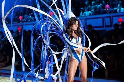 izabel goulart in Victoria's Secret Fashion Show 2010