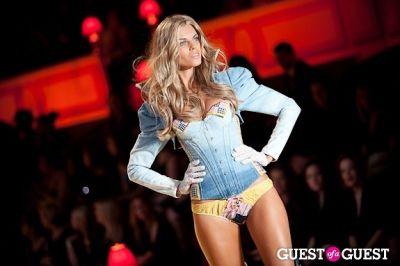 maryna linchuk in Victoria's Secret Fashion Show 2010