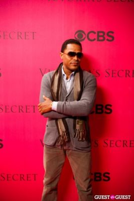 maxwell in 2010 Victoria's Secret Fashion Show Pink Carpet Arrivals
