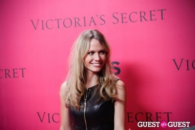 oh land in 2010 Victoria's Secret Fashion Show Pink Carpet Arrivals