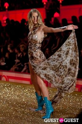 rosie huntington in Victoria's Secret Fashion Show 2010