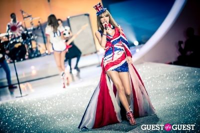 taylor swift in Victoria's Secret Fashion Show 2013