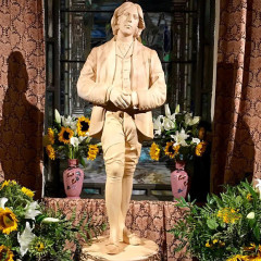 NYC Has A New Oscar Wilde Temple & The Fashion Crowd Is Flocking To It