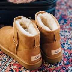 A Celebrity Wearing Uggs Was Banned From An Airport Lounge