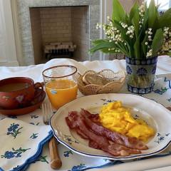 Delightful Breakfast In Bed Setups To Inspire The Weekend Ahead
