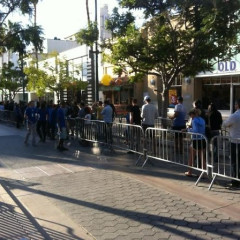 Nerd Alert!: L.A. Lines Up For iPhone 4S Day